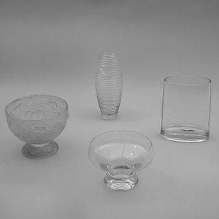 Lote de centros. Siglo XX. Elaborados en vidrio prensado y cristal. Decorados con estriados y motivos florales y frutales. Pzs: 4