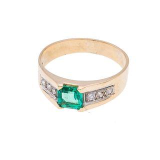 Anillo con esmeralda y diamantes en oro amarillo de 14k. 1 esmeralda corte cojín de 0.75ct. 6 acentos de diamantes. Talla: 7.<...