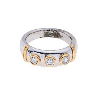 Anillo con diamantes en oro blanco de 18k. 3 diamantes corte brillante. Color J. Claridad SI1- SI2. 0.30ct. Talla: 5. Pe...