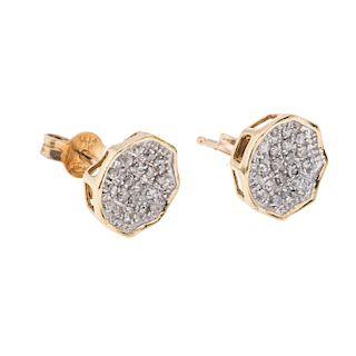 Par de broqueles con diamantes en oro amarillo de 10k. 40 acentos de diamantes. Peso: 2.3 g.