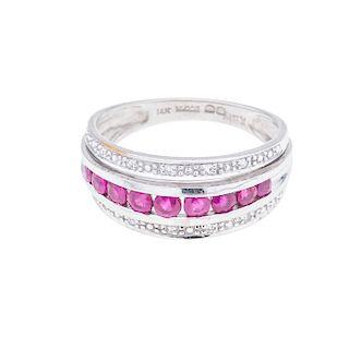 Anillo con rubíes y diamantes en oro blanco 14K. 9 rubíes corte redondo. 10 acentos de diamantes. Talla: 7. Peso: 3.2 g.