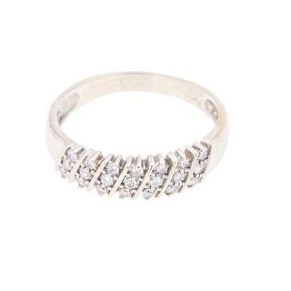 Anillo con diamantes en oro blanco de 14K. 21 acentos de diamantes. Talla: 9. Peso: 3.0 g.