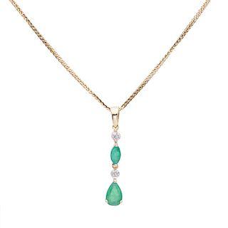 Collar y pendiente con esmeraldas en oro amarillo de 14k. 2 esmeraldas corte marquís. 2 acentos de diamantes. Peso: 2.0 g.