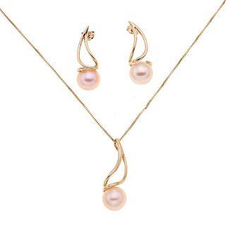 Collar, dije y par aretes con perlas en oro amarillo de 14K. 3 perlas cultivadas color crema de 10 mm. Peso:  8.4 g.
