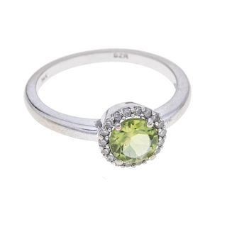 Anillo con peridoto y diamantes en oro blanco de 14k de la firma Bizzarro. 1 peridoto corte redondo. 17 acentos de diamantes. ...