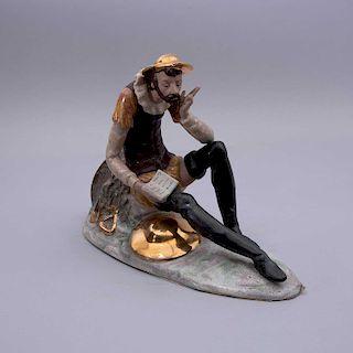 Don Quijote de la Mancha. México, siglo XX. Elaborado en porcelana Nadal acabado gress con detalles en esmalte dorado.