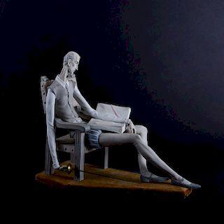 Don Quijote leyendo. España, siglo XX. Elaborado en porcelana Lladró, acabado gress. Con base.