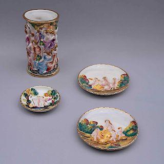 Juego de platos decorativos y floreros. Italia, siglo XX. Elaborados en porcelana Capodimonte con filos en esmalte dorado. Pz: 4
