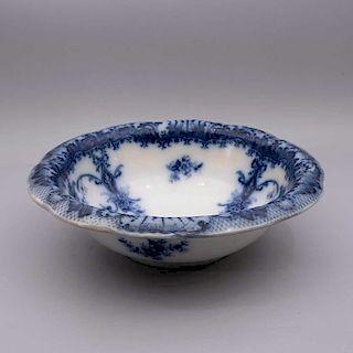 Palangana. Inglaterra, siglo XX. Elaborado en semiporcelana Royal Wood & Son. Con detalles florales y vegetales en azul cobalto.