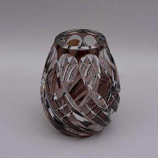 Florero. Bélgica, siglo XX. Elaborado en cristal facetado Val Saint Lambert color ahumado. Decorado con motivos geómetricos.
