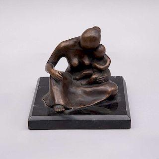 Rocío Villagarcía. Maternidad. Ca. 1980. Fundición en bronce sobre base de mármol negro. Firmada. 11 cm de altura.