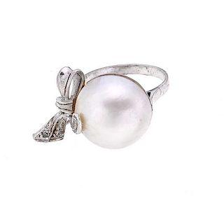 Anillo vintage con media perla y diamantes en plata paladio. Media perla cultivada de 15 mm color blanco. 3 acentos de diamantes...