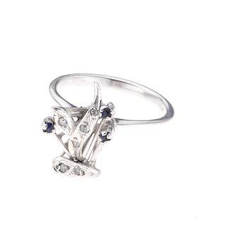 Anillo con zafiros y diamantes en plata paladio. 3 acentos de zafiros. 6 acentos de diamantes. Talla: 6 . Peso: 2.3 g.