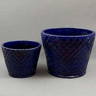 Par de macetas. México. Siglo XX. Elaboradas en barro. Acabado a manera de cerámica vidriada. Dimensiones: 39 x 50 cm. Ø (mayor)