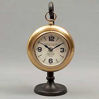 Reloj de mesa. Francia. Siglo XX. Elaborado en metal dorado. Marca Elbert Dawson. Mecanismo de cuarzo. 29 x 15 cm. Ø
