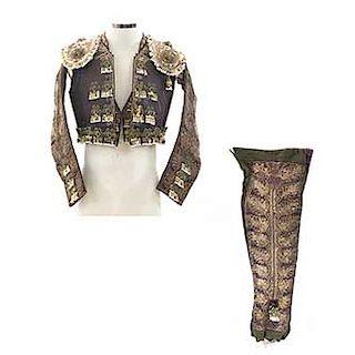 Traje de luces. Siglo XX. Elaborado en tela verde, marrón y beige. Consta de: chaleco, chaquetilla y taleguilla.