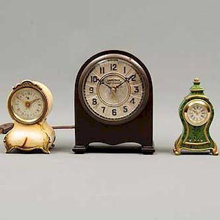 Lote de 3 relojes de mesa. Siglo XX. Consta de: a) Alemania. Marca GW. b) Estados Unidos. Marca Ingraham. Otro. 16 x 12 x 8 cm. (mayor)