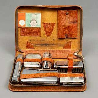 Estuche neceser. Siglo XX. Elaborado en piel color marrón. Para caballero. Con accesorios: cepillo y 5 depósitos de metal.