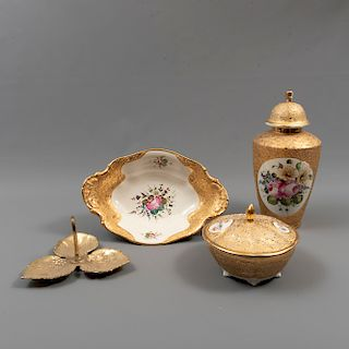 Lote mixto de 4 piezas. México. Siglo XX. Elaborados en porcelana y metal dorado. Consta de: tibor, 2 centros de mesa y dulcero.