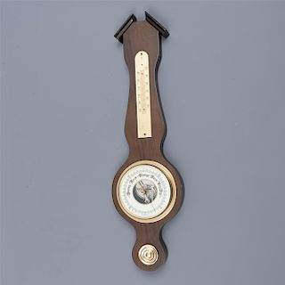 Barómetro. Alemania. Siglo XX. En talla de madera. Con termómetro inferior, carátula blanca y manecillas tipo espada. 49 x 15 x 3 cm.