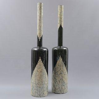 Par de botellones. México. Siglo XX. Elaborados en madera policromada barnizada. Con aplicación de concha nacar. 91 x 18 cm. Ø