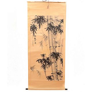 Firma sin identificar. Kakemono. Firma en caligrafía y sello. Tinta sobre tela. Sin enmarcar. 126 x 59 cm.