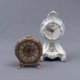Lote de 2 relojes de mesa. SXX. Consta de: a) México. Elaborado en porcelana Sonja. b) Francia. Elaborado en metal. 31 x 18 x 12 cm.