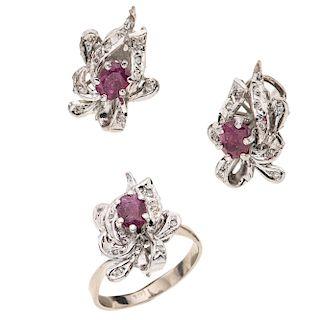 Anillo y par de aretes con rubíes y diamantes en plata paladio. 3 rubíes corte oval. 30 acentos de diamantes. Talla: 7. Peso...