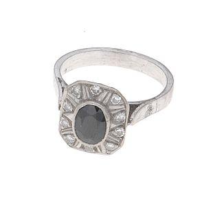 Anillo con zafiro y diamantes en plata paladio. 1 zafiro corte oval. 10 acentos de diamantes. Talla: 5 1/2. Peso: 3.5 g.