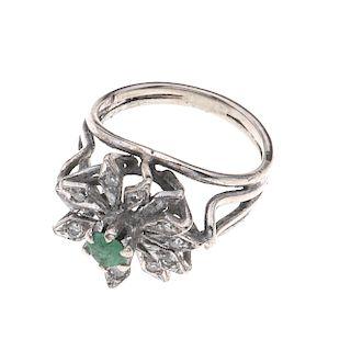 Anillo con esmeralda y diamantes en plata paladio. 1 esmeralda corte redondo. 12 acentos de diamantes. Talla: 5. Peso: 3.7 g...