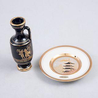 Lote de artículos decorativos miniatura. Consta de: Japón, siglo XX. Plato decorativo. Elaborado en porcelana y jarrón griego.Pz: 2