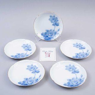 Juego de platos decorativos. Japón,SXX. Elaborados en porcelana Okura acabado brillante, con motivos florales en azul cobalto.Pz:5