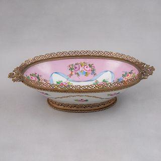 Centro de mesa. Alemania, siglo XX. Elaborado en porcelana Meissen acabado brillante con cenefa orgánica de metal dorado.