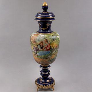 Tibor. Italia, siglo XX. Elaborado en porcelana KERAMOS color azul cobalto con esmalte dorado y aplicaciones de metal dorado.