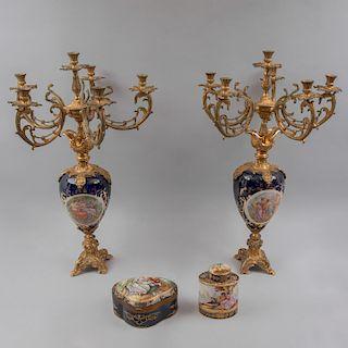 Lote de artículos decorativos. Origen europeo,SXX. Consta de: Par de candelabros. Elaborados en porcelana tipo Sèvres.Pz:4