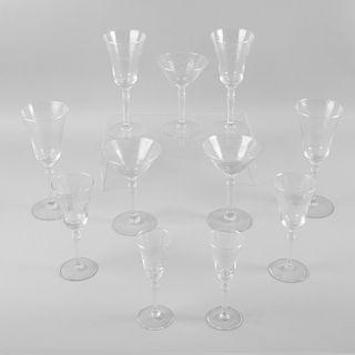 Lote de copas. Siglo XX. Elaboradas en cristal de pepita.  Decoradas con motivos vegetales y florales. Piezas: 40