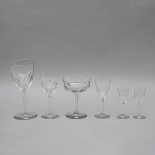 Lote de copas. Siglo XX. Elaboradas en cristal transparente. Diseños facetados. Consta de: 10 copas jerez, 8 copas tinto. Pz: 42