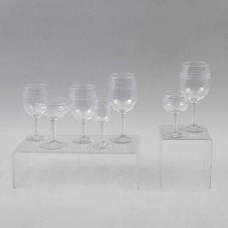 Lote de copas. Siglo XX. Elaboradas en cristal de pepita. Diseño liso. Decoradas con cenefa facetada. Piezas: 21