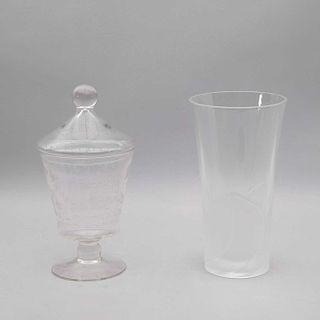Florero y bombonera. Siglo XX. Elaborados en cristal opaco y cristal estilo pepita. Decorados con motivos vegetales y boleados. Pz: 2