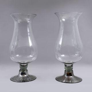 Par de candeleros. México, siglo XX. Elaborados en vidrio soplado. Diseño abombado con base circular. Piezas: 2