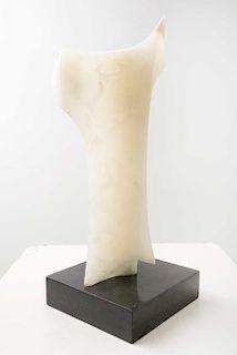 LEONARDO NIERMAN. Sin título. Firmada. Escultura en ónix en base de mármol. 51 x 20 x 20 cm medidas totales.