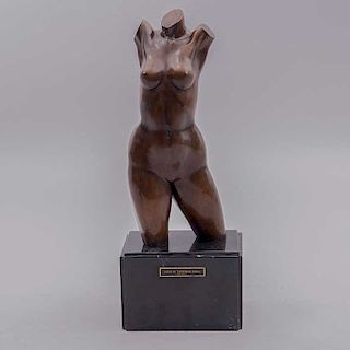 Juan M. Santana Pinal. Torso femenino. Fundición en bronce patinado con base de mármol, 4/20. Firmado. 29 cm de altura