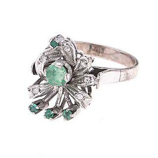 Anillo con esmeraldas y diamantes en plata paladio. 5 esmeraldas corte redondo. 6 acentos de diamantes. Talla: 6. Peso: 4.6...