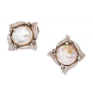 Par de aretes con medias perlas en plata paladio. 2 medias perlas cultivadas color blanco de 11 mm. Peso: 7.8 g.
