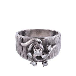 Anillo con diamantes en plata paladio con . Peso: 6.7 g.