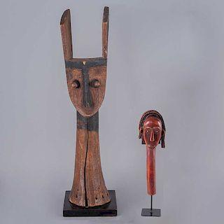 Lote de esculturas. Siglo XX. Estilo africano. Tallas en madera laqueada y esgrafiada sobre bases. Piezas: 2