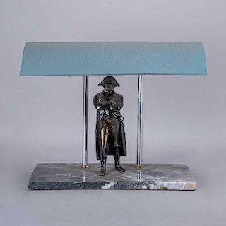 Lámpara de escritorio. Siglo XX. Fustes tubulares con figura de Napoleón en antimonio patinado, pantalla de metal y de base mármol.