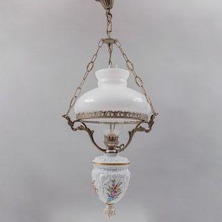 Lámpara de techo. Estructura de metal plateado con pantalla de vidrio blanco tipo quinque con aplicación de porcelana.