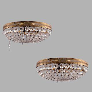 Par de lámparas de techo. Siglo XX. Estructura de metal dorado con hilos de cristal facetado. Para 4 luces. Con cenefa orgánica. Pz: 2
