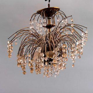 Lámpara de techo México, siglo XX Elaborado en metal dorado diseñado en colgantes de cascada con hilos de cristales facetados.